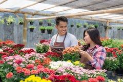 Азиатский флорист человека и женщины Стоковые Фотографии RF