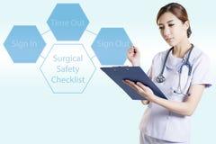 Азиатский хирург женщины в комнате деятельности Стоковые Фото