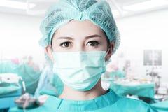 Азиатский хирург женщины в комнате деятельности Стоковая Фотография