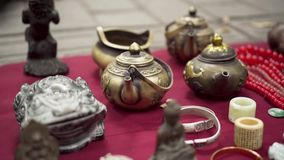 Азиатский чайник традиционного китайского блошиного рынка сток-видео