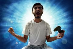 Азиатский человек играя видеоигры стоковое изображение