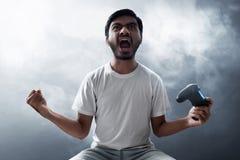 Азиатский человек играя видеоигры стоковая фотография rf