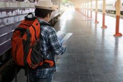 Азиатский человек путешественника при пожитки ждать перемещение поездом на вокзале Чиангмая, Таиланде стоковые фото