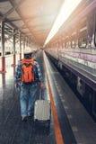 Азиатский человек путешественника при пожитки ждать перемещение поездом на вокзале Чиангмая, Таиланде стоковые фотографии rf