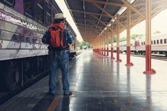 Азиатский человек путешественника при пожитки ждать перемещение поездом на вокзале Чиангмая, Таиланде стоковые изображения rf