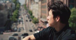 Азиатский человек сидя в ослаблять города на открытом воздухе сток-видео