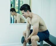 Азиатский человек спорта, азиатский человек с тренажером веса гантели Стоковые Фотографии RF