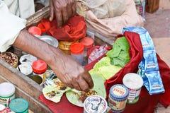 Азиатский человек был едой и продтоваром продажи на рынке в Индии Стоковая Фотография RF