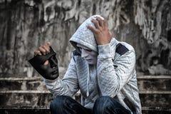 Азиатский человек в клобуке и белая маска с confused депрессией si Стоковые Фотографии RF