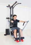 Азиатский человек делая тренировку на тренажере стоковое изображение rf