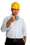 Азиатский человек инженера выпивая взгляд a чашки кофе Стоковые Изображения RF