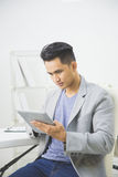 Азиатский человек используя ПК таблетки Стоковая Фотография RF