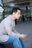 Азиатский человек с мобильным телефоном стоковое изображение