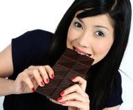 азиатский шоколад есть детенышей девушки Стоковое Изображение