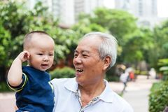 Азиатский grandfather внук удерживания Стоковое Изображение RF