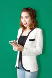 Азиатский smartphone пользы девушки стоковые фотографии rf