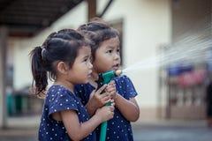 2 азиатских девушки помогая родителю моя автомобиль Стоковые Фото