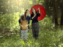 2 азиатских женщины в традиционном тайском платье Стоковые Фото