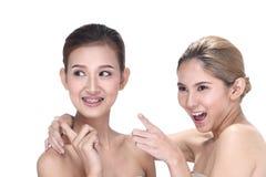 2 азиатских женщины с красивой модой составляют обернутые волосы Стоковые Изображения