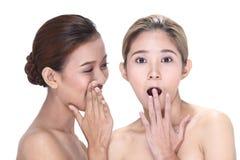 2 азиатских женщины с красивой модой составляют обернутые волосы Стоковые Изображения RF