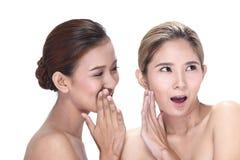 2 азиатских женщины с красивой модой составляют обернутые волосы Стоковое Фото