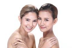 2 азиатских женщины с красивой модой составляют обернутые волосы стоковое фото rf