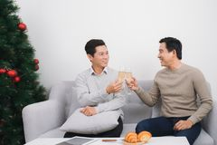 2 азиатских люд нося свитер держа стекло дома du шампанского Стоковое фото RF