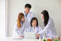 4 азиатских медицинских работника Портрет азиатского доктора Химики делая в лаборатории молодые ученые с тестом и исследованием в стоковое фото rf