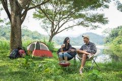 2 азиатских пары в располагаться лагерем природы Стоковые Изображения