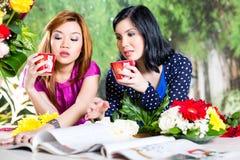 2 азиатских подруги с журналом о моде Стоковая Фотография RF