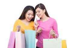2 азиатских подруги с покупками Стоковое Изображение RF
