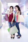 2 азиатских люд с хозяйственными сумками Стоковое Изображение