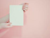Азиатское владение женщины и представляет ее книгу или документирует дисплей средством Стоковое Изображение RF
