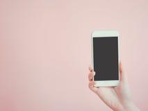 Азиатское владение женщины и присутствующее применение на умном телефоне beaut Стоковое фото RF