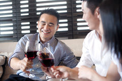 азиатское выпивая вино друзей стоковое изображение rf