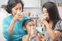 азиатское выпивая молоко женских поколений стоковая фотография rf
