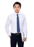 Азиатское владение бизнесмена с портативным компьютером Стоковая Фотография RF