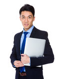Азиатское владение бизнесмена с портативным компьютером Стоковые Фото