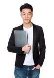 Азиатское владение бизнесмена с портативным компьютером Стоковое Фото