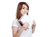 Азиатское владение девушки взгляд книги на камере Стоковое фото RF
