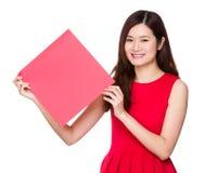 Азиатское владение женщины с квадратом Красного знамени Стоковое Фото