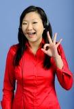 азиатское дело давая одобренную женщину знака Стоковое фото RF