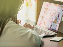 Азиатское дело woman30s к 40s с белым компьютером l пользы рубашки Стоковые Фотографии RF