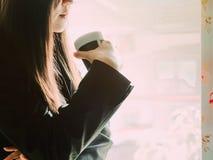 Азиатское дело woman30s к 40s с черным smil рубашки и юбки Стоковое Изображение RF
