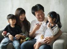 Азиатское единение счастья семьи дома Стоковое фото RF