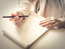 Азиатское дело woman30s к ручке поворота 40s перед показателем на пробеле стоковое изображение rf