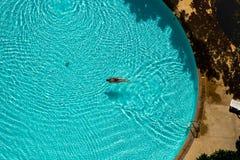 Азиатское заплывание женщины в бассейне Стоковая Фотография RF