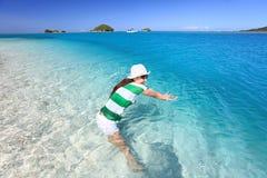 Азиатское заплывание молодой женщины на пляже Стоковые Фото