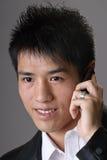 азиатское использование человека мобильного телефона дела Стоковые Изображения RF