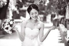 Азиатское ликование невесты с букетом в руке стоковые изображения rf